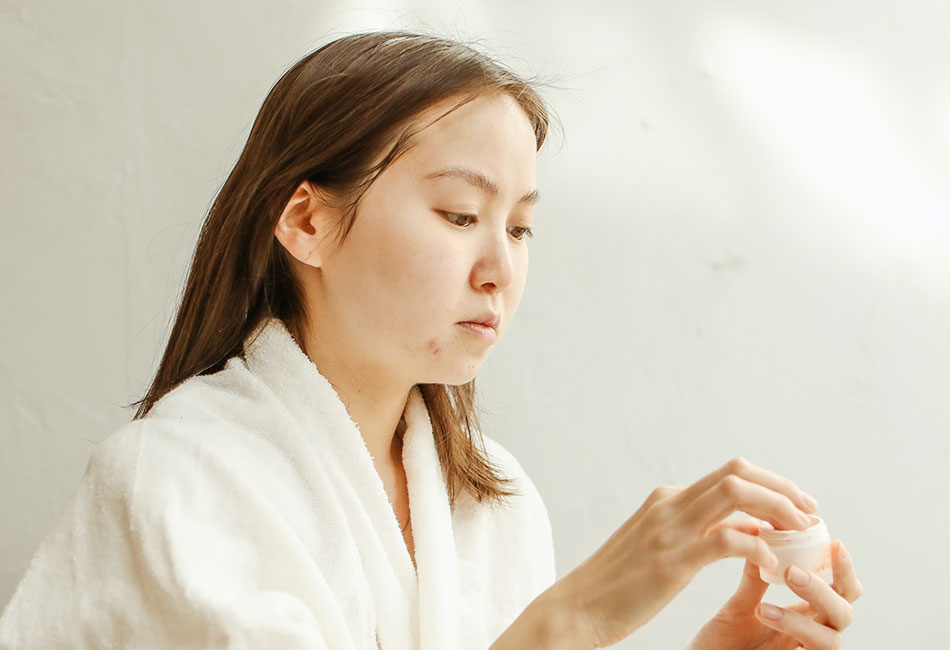 Frau benutzt Aloe Vera gegen Pickel