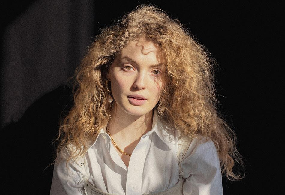 Frau mit Frizz im Haar