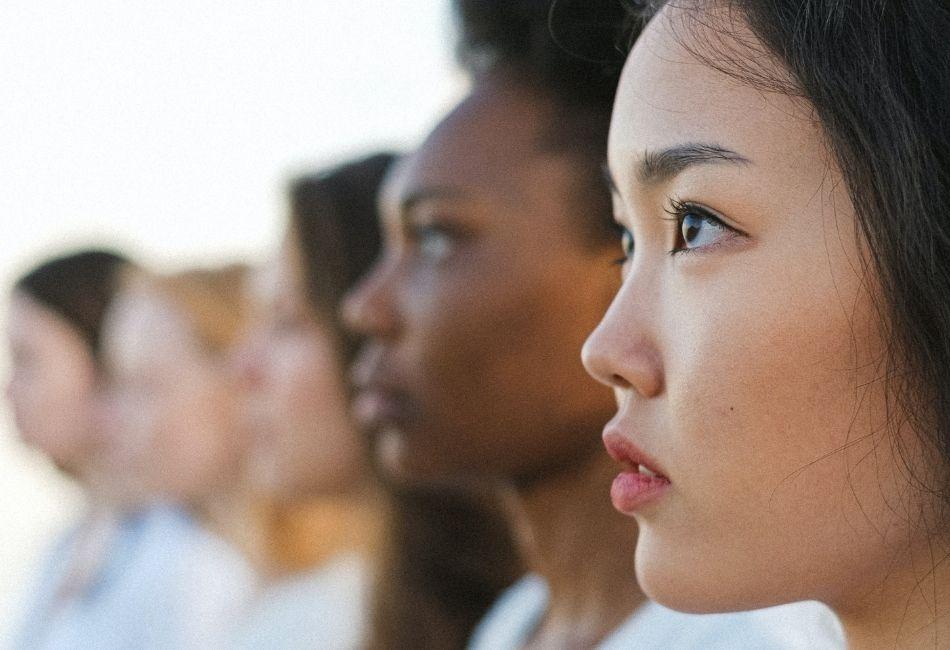 Frauen mit verschiedenen Hautfarben