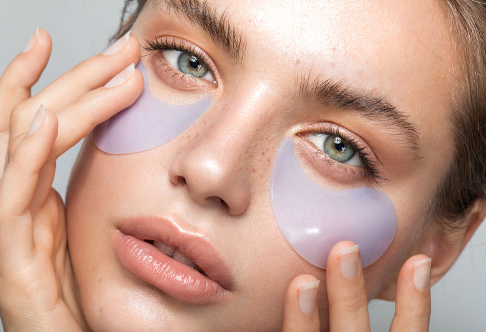 Frau trägt Augenpads Augenmaske