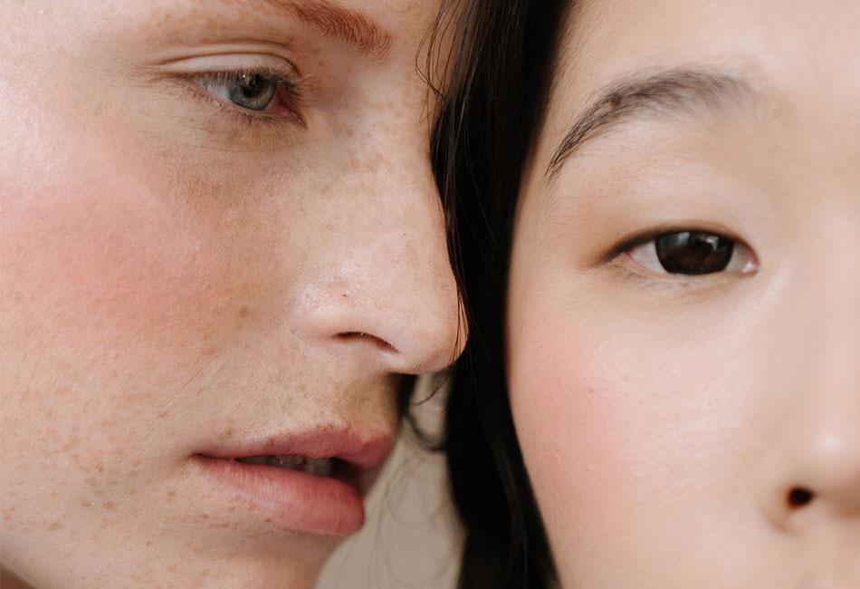 Zwei Frauen mit CC Cream