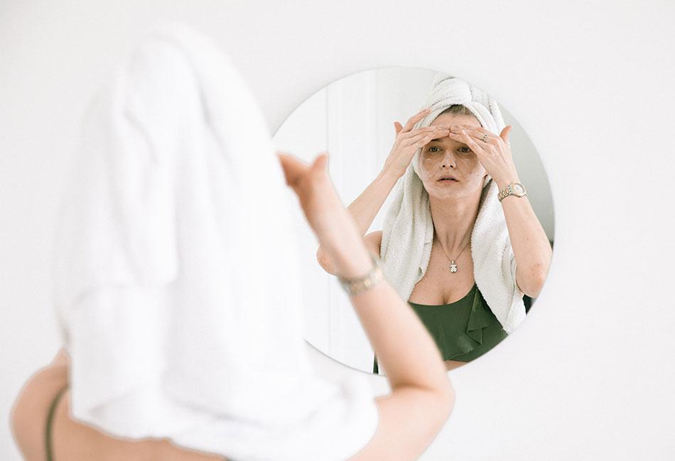 Frau im Bad mit chemischem Peeling