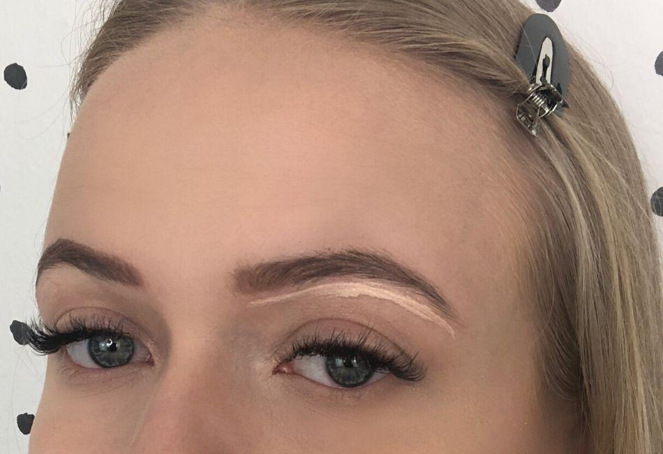 Concealer auftragen: Augenbrauen