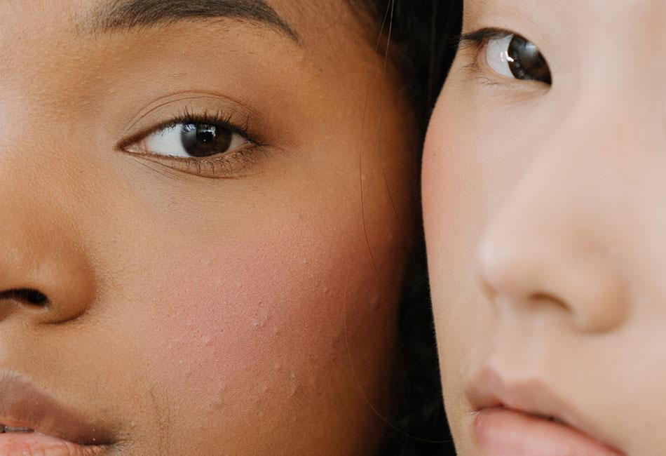 Zwei Frauen mit reiner Haut