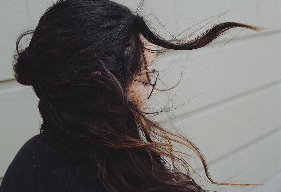 Frau mit elektrisch aufgeladenen Haaren