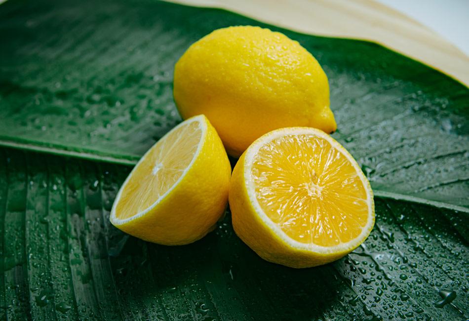 Grünstich aus Haaren entfernen: Mit Zitronensaft