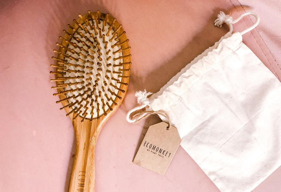 Die Pflegebürste von Ecomonkey kommt mit einem kleinen Säckchen zum Verstauen geliefert