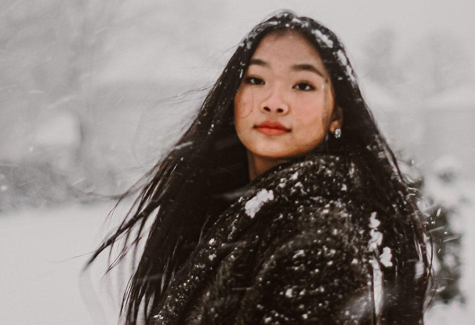 Frau mit braunem Haar im Winter Schnee