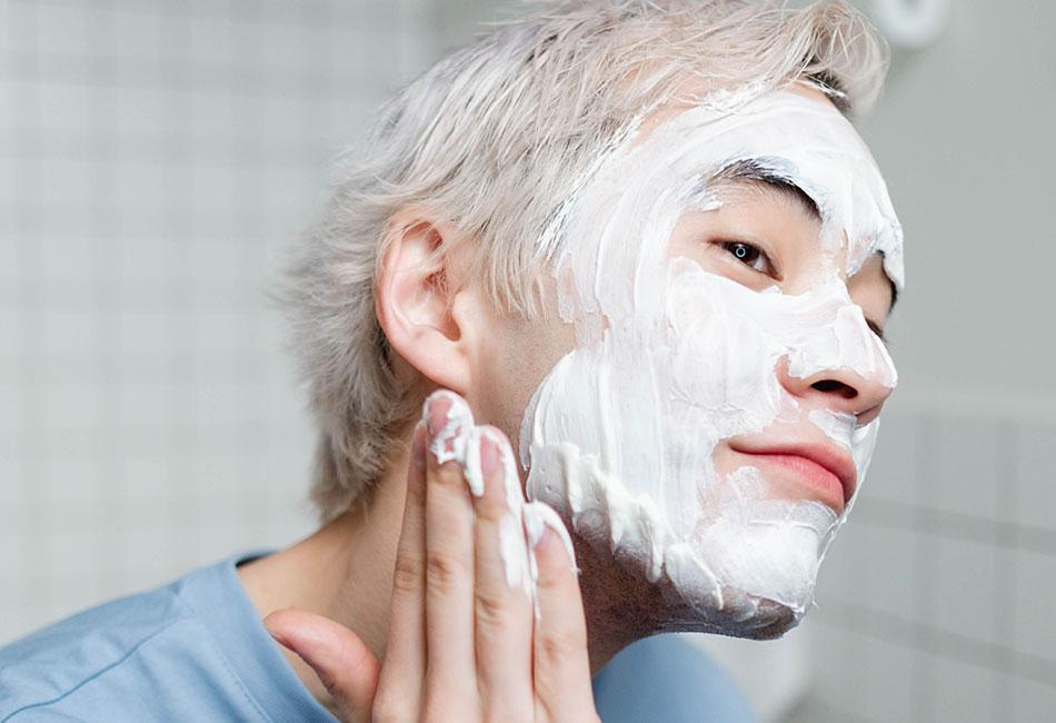Heilerde Maske auf Gesicht