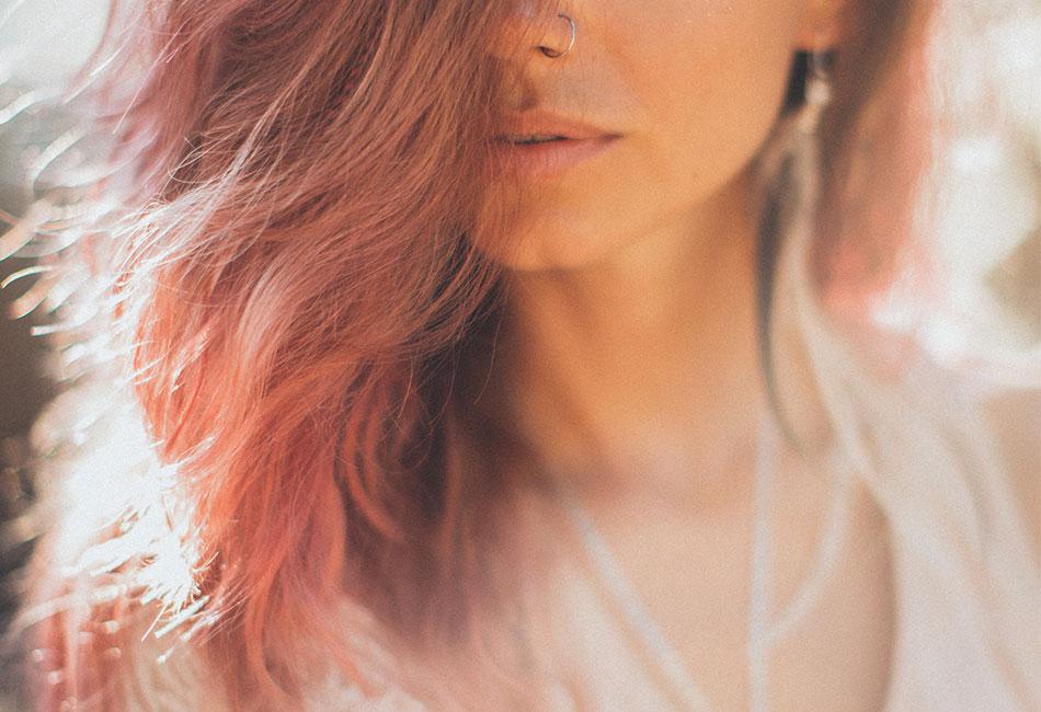 Frau mit getönten Haaren