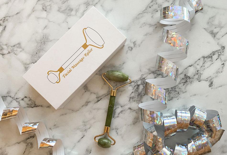 Jade-Roller mit Luftschlange auf Mamortisch