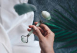 Hand hält Jade-Roller