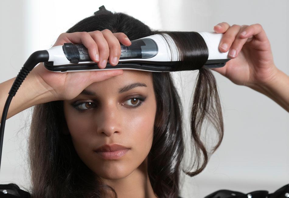 Frau verwendet L'Oréal Steampod