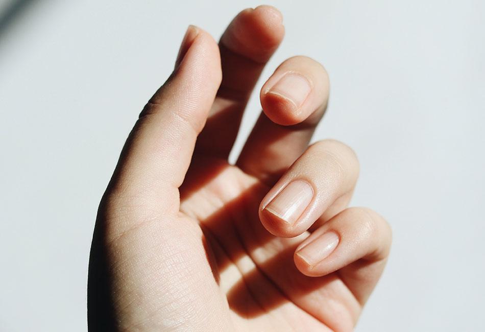 Hand mit gepflegten Nägeln