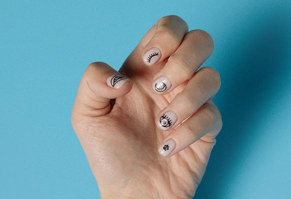 Hand mit Nagelstickern