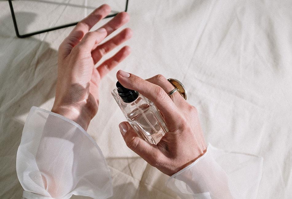 Hände mit Parfum