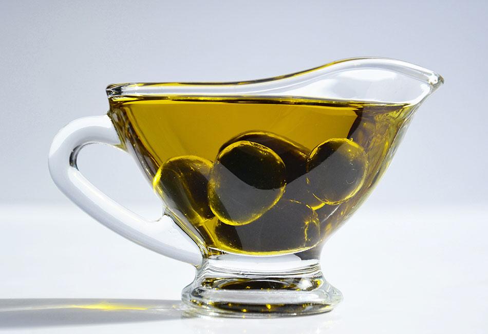 Olivenöl in Gefäß