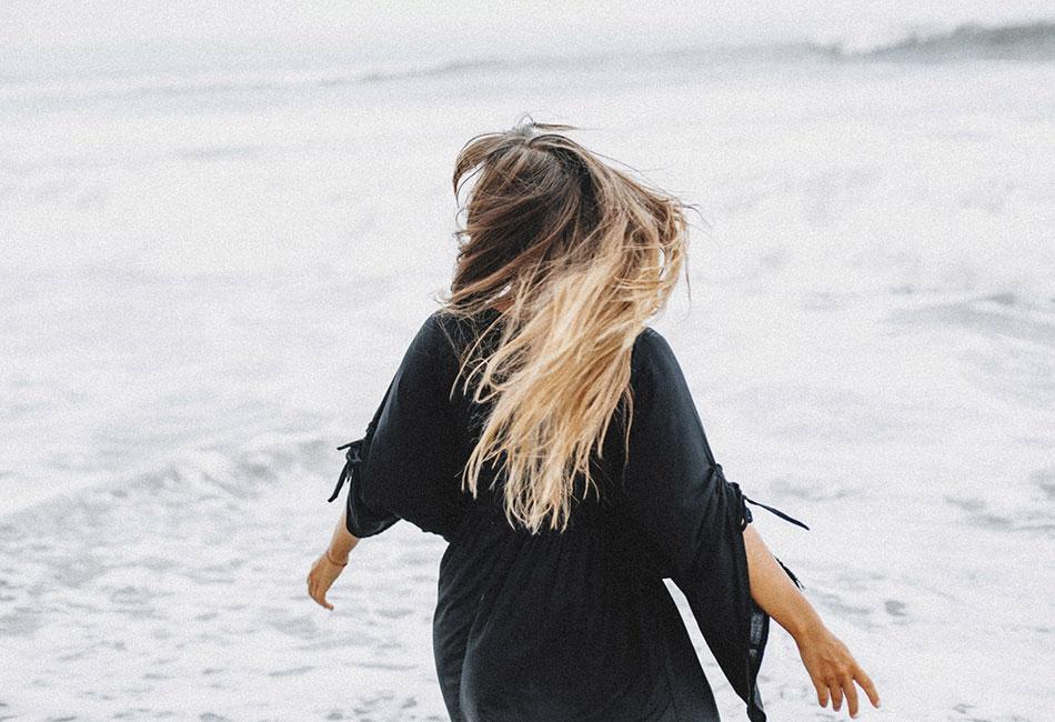 Frau am Strand mit Salzspray im Haar