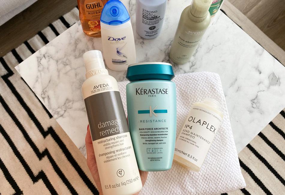Verschiedene Shampoos auf Mamortisch