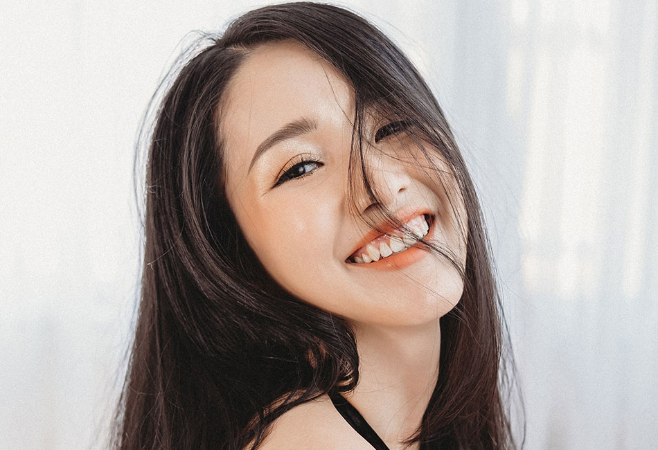 Frau mit weißen Zähnen